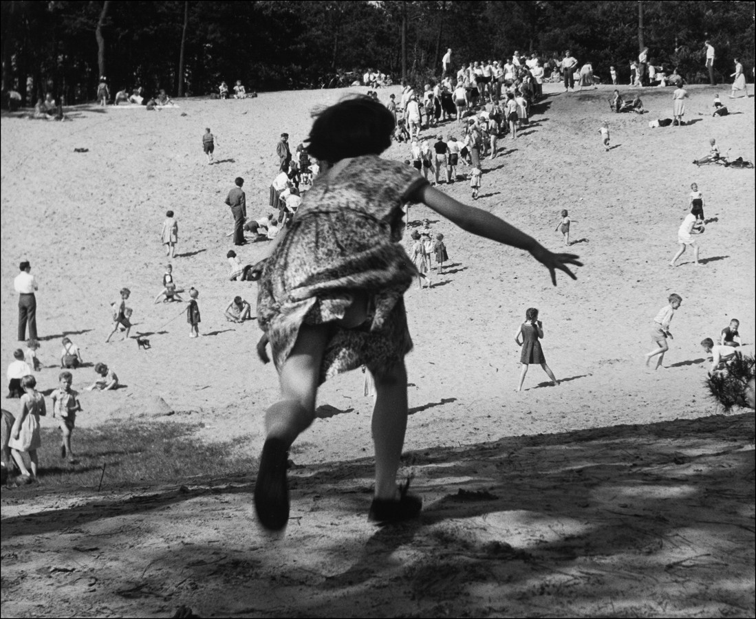 'Meisje, rennend op zandberg'. De foto is gemaakt in de jaren 50.