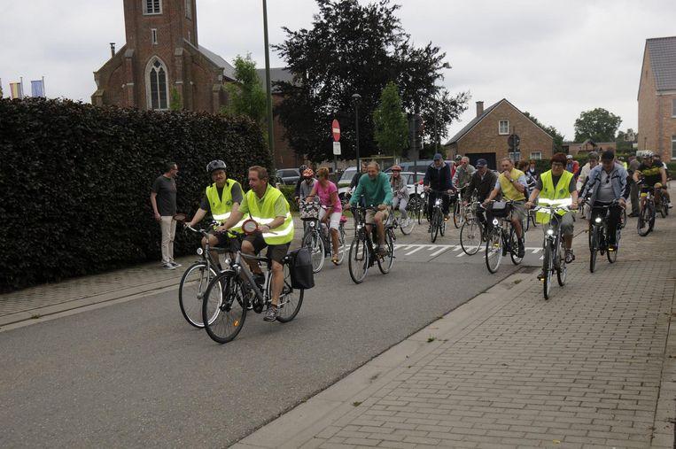 Tientallen fietsers beginnen vol goede moed aan de tocht.