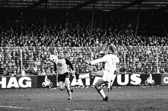 Ton Lokhoff in actie namens NAC tegen Ajax (april 1982, 0-4). rechts Wim Kieft.