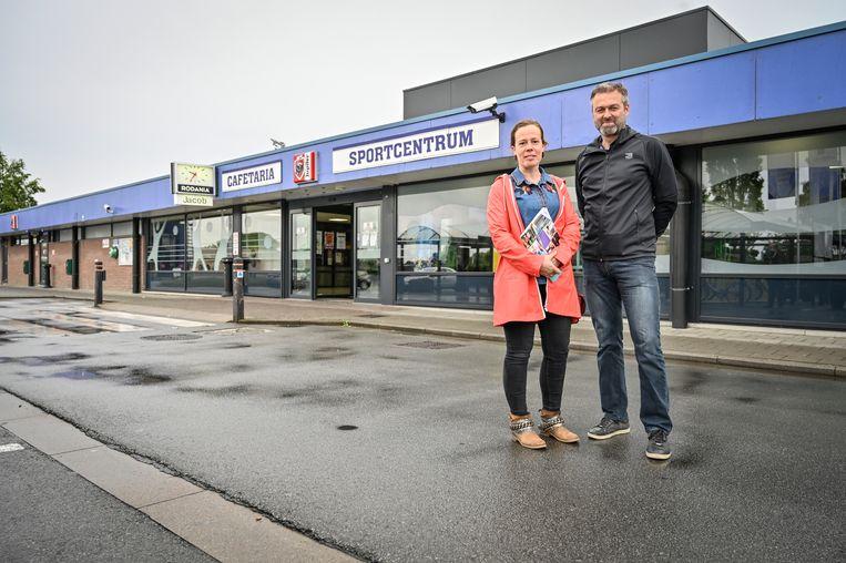 Schepen Goedele Uyttersprot en sportfunctionaris Marnix Van Cauter aan de huidige sporthal. De plannen voor een renovatie werden naar de vuilbak verwezen, de gemeente gaat nu voor een nieuwbouw.