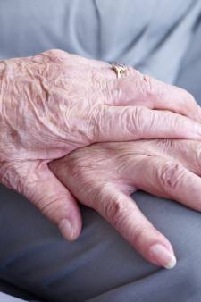 Bejaard echtpaar Tiel beroofd van spaargeld met babbeltruc door nepcontroleur