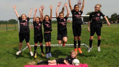 Meisjes voetballen heel seizoen voor Think Pink