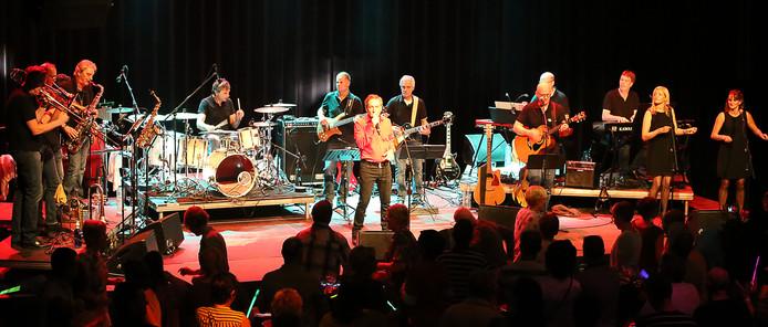 Ben Spierings als Neil Diamond met de voltallige band. Foto: Van Daalfoto