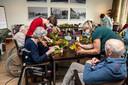 Bewoners met dementie hebben nu elke dag een activiteit. Dit keer kwamen ze bloemstukjes schikken.