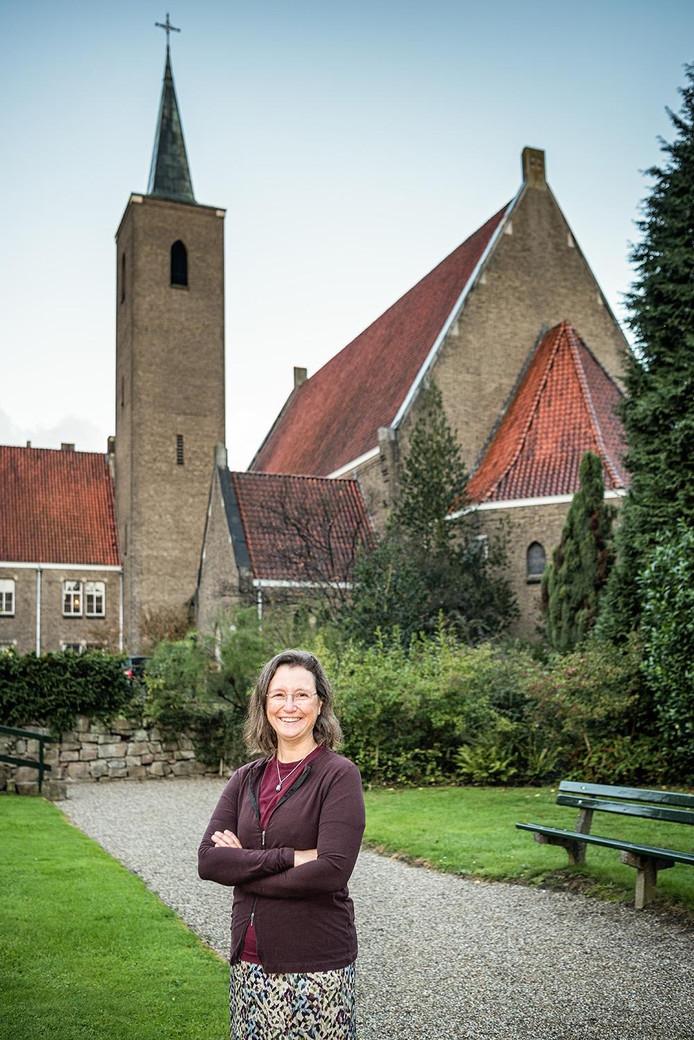 Margo van Aarle, ontwikkelingsmanager van Amvest, voor de hoofdingang van klooster Ter Eem.