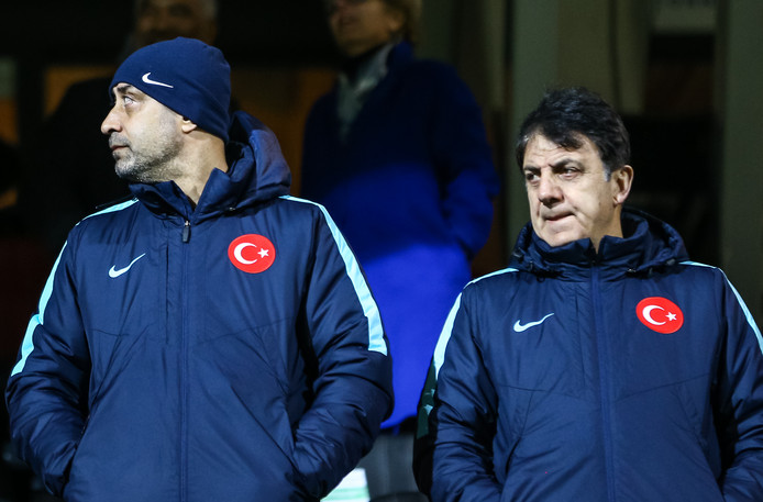 Senol Ustaömer (rechts) en Tolunay Kafkas van de Turkse bond bekeken vrijdag NEC'er Ferdi Kadioglu in De Goffert tegen FC Volendam (3-0).