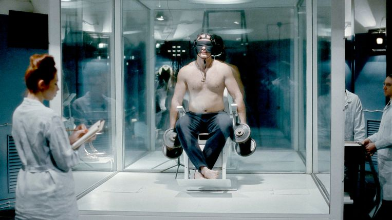 Scene uit 'Dau. Degeneration', waarin een KGB-rekruut een wetenschappelijk experiment ondergaat. Beeld