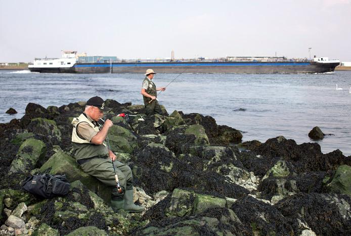 Bij het ontgassen laten chemicaliëntankers hun ruimen schoon waaien.