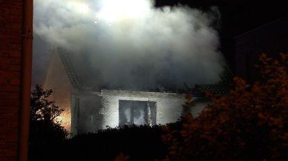 Zware brand vernielt woning in Blankenberge: bewoners worden gewekt door lawaai en rook