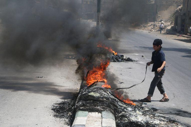Verbrande autobanden in Aleppo moeten het zicht van piloten die luchtaanvallen uitvoeren verstoren. Beeld reuters