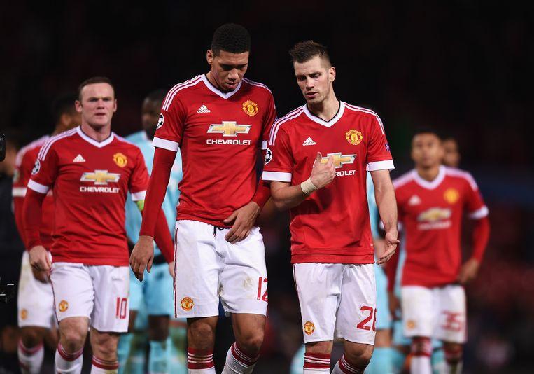 Spelers van Manchester United stappen het veld af. Beeld getty