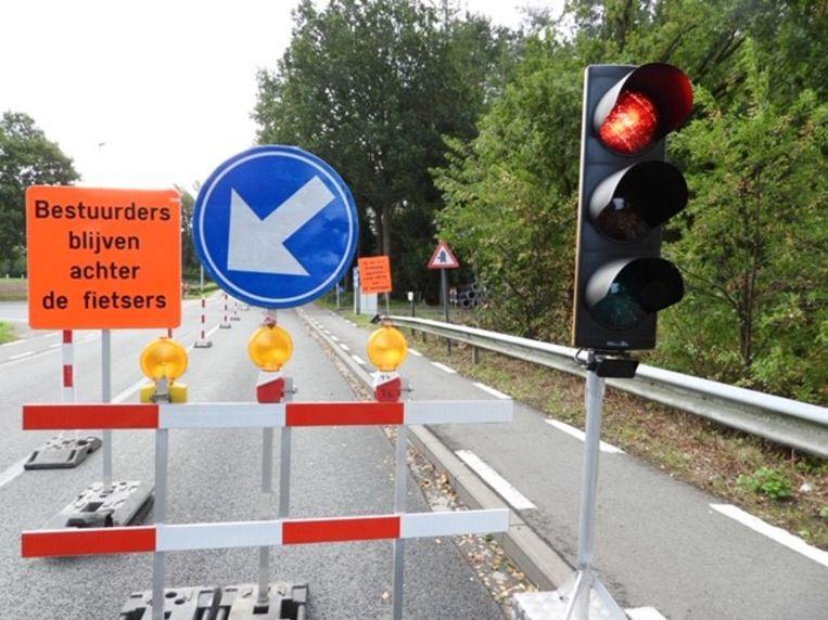 Het verkeer in de Hertsbergsestraat wordt geregeld met tijdelijke verkeerslichten.