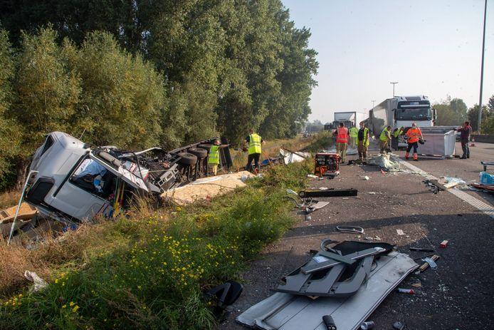 De ravage was enorm na de aanrijding op de E17 in Beervelde