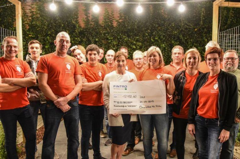 De cheque met het bedrag werd overhandigd aan het Kinderkankerfonds.