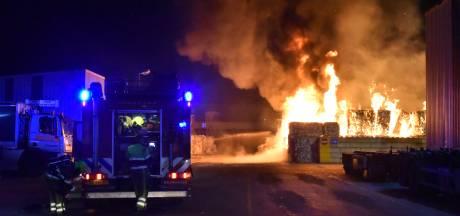 Brand bij recyclingbedrijf in Weurt onder controle, nablussen duurt tot vrijdagochtend