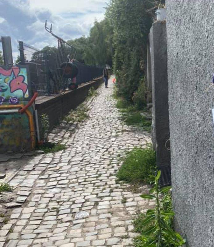 La rue du Bâneux est très étroite et pourtant, aucune interdiction d'y circuler ou d'obligation du port du masque, ce qui exaspère cette habitante.