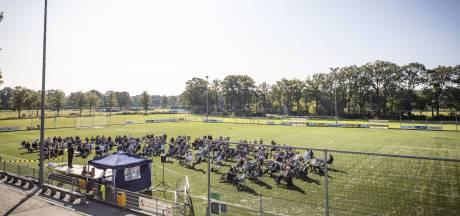 Kerkdienst op voetbalveld in Enschede: 'Hier kunnen we wél zingen'