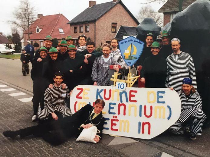 De Zuipschuiten in 2000 met hun creatie 'ze kunne de (millennium)-boeëm in.