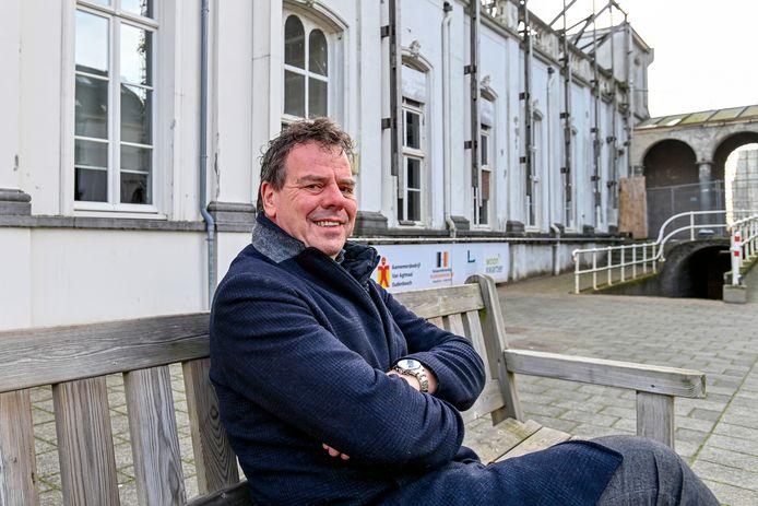 Ruud van den Boom, directeur Woonkwartier op een bankje voor de Mariabouw in het hart van het religieus erfgoed in Oudenbosch. ,,Wie mij kent weet dat ik hier voor warm loop.''