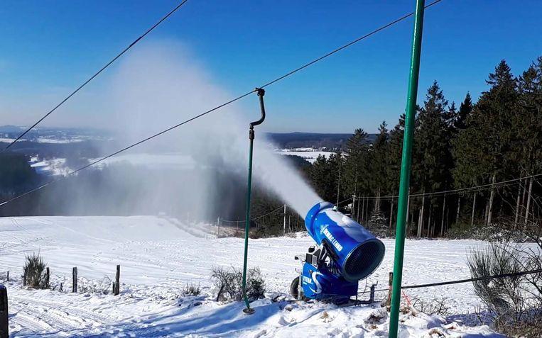 """""""Eén sneeuwkanon tot 100 m³ sneeuw per uur produceren"""", zegt de voorzitter van de lokale skiclub."""
