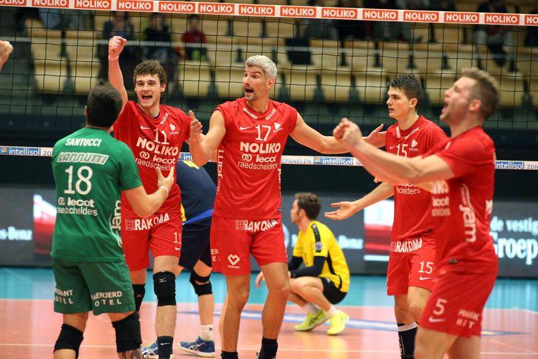Facundo Santucci, Kamil Rychlicki (nr. 11), Robert Bontje en Nikodem Wolanski vieren de overwinning.