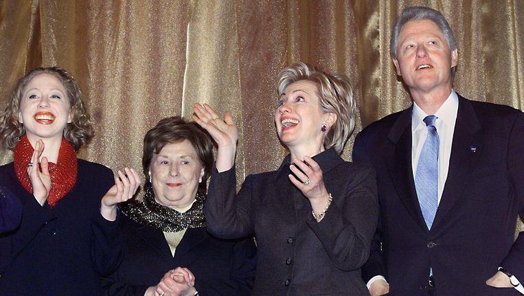 (V.l.n.r.) Dochter Chelsea Clinton, de moeder van Hillary Clinton, Dorothy Rodham, Hillary Clinton en Bill Clinton. Beeld AFP