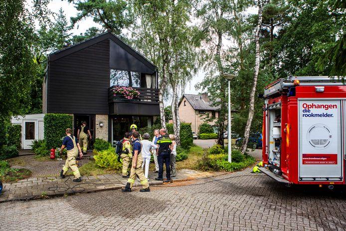 De brandweer aan het werk na de blikseminslag in Dieren.