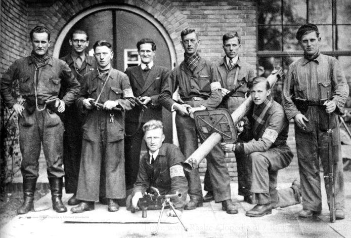 Jan Tielbeek (tweede van links met bril) met zijn Raalter verzetsgroep.