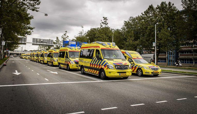 Ambulances staan klaar voor de evacuatie. Beeld anp