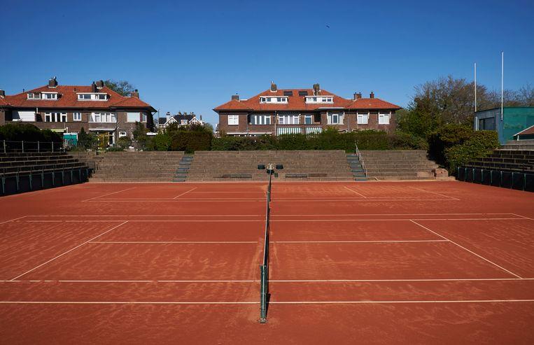 Een leeg tennisveld. Veel sportclubs zitten in financiële nood, hoort wethouder Revis. Beeld Getty Images