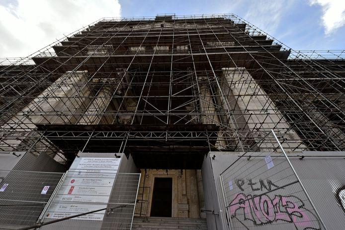 Zelfs de stellingen rond het gebouw moesten al eens vervangen of gerestaureerd worden.