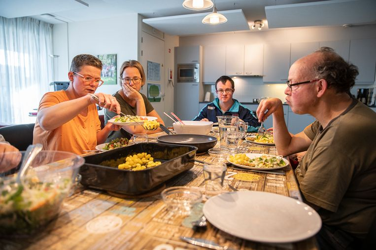 Bewoners van de Ingelandhof van Philadelphia (woonlocatie voor mensen met een verstandelijke beperking) helpen mee met het koken.  Per verdieping wordt gezamenlijk een menu gekozen, bereid en gegeten.  Beeld Harry Cock - De Volkskrant
