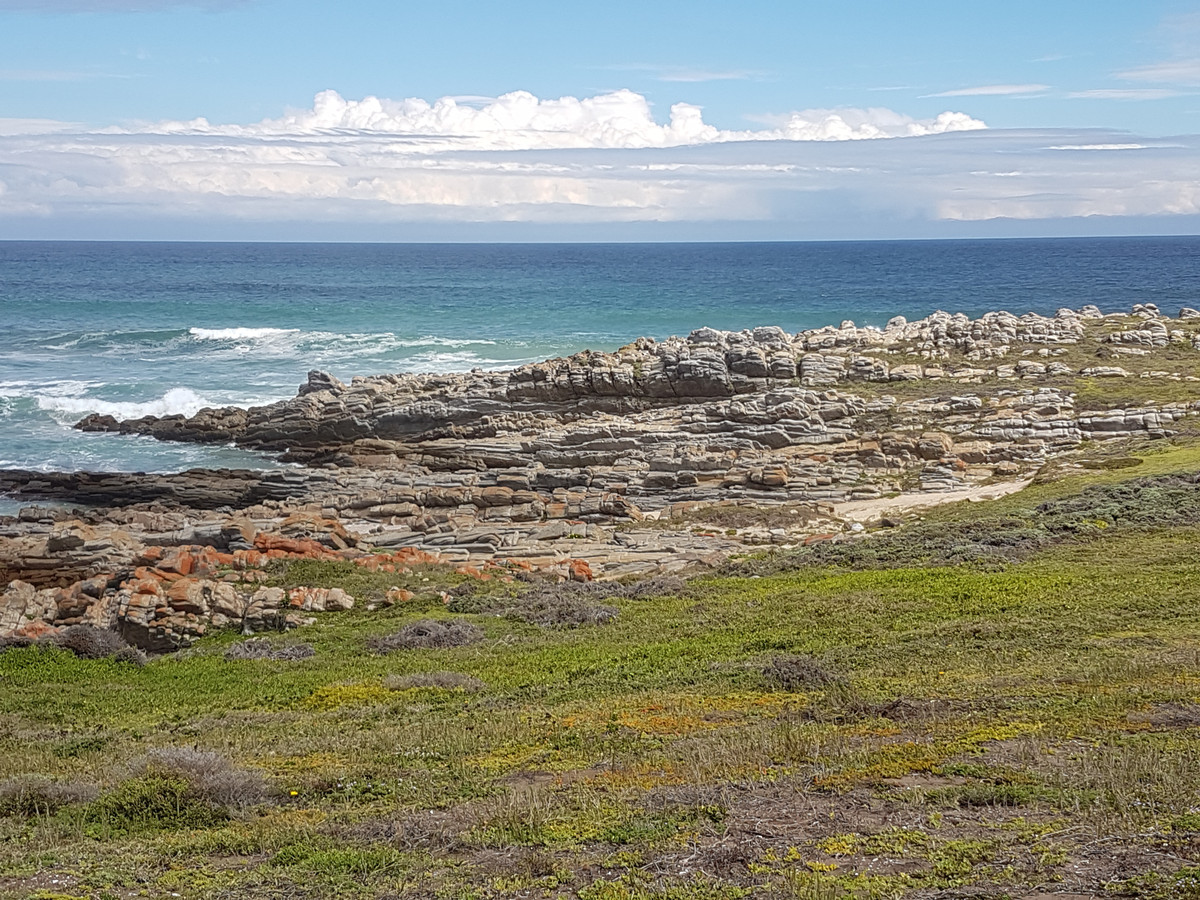 Het uitzicht vanuit Nics huis aan de Indische Oceaan in Oesterbaai Zuid-Afrika.