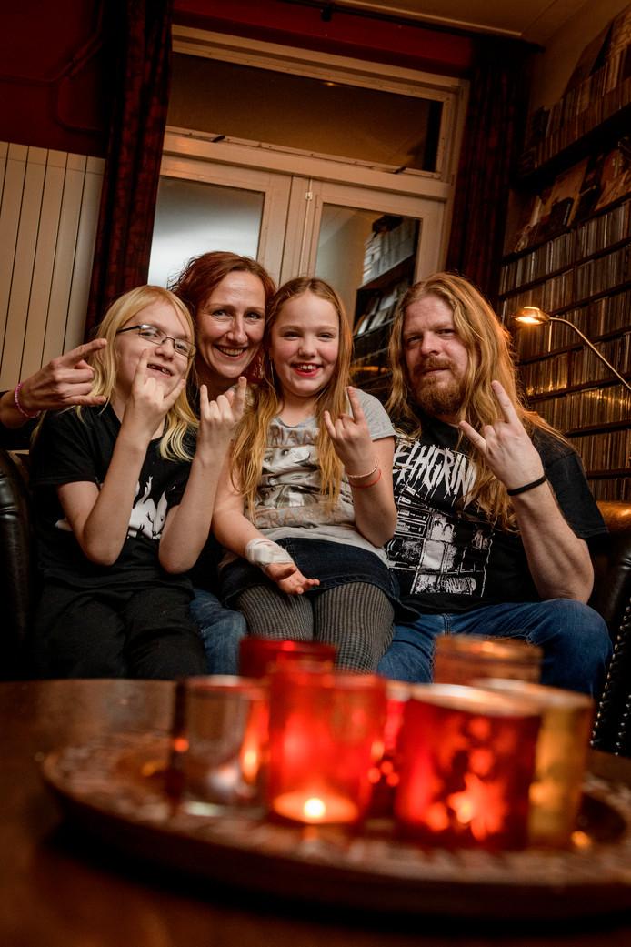 Metalmuzikant Björn van Toorn (rechts) speelt samen met zijn band zaterdag op het benefietconcert voor zijn zoontje Iggy (links), die zware operaties heeft gehad. Moeder Willeke en zus Néneh zijn er blij mee.