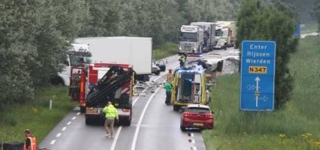 Dode bij ongeluk met vrachtwagen en bestelbus tussen Goor en Enter