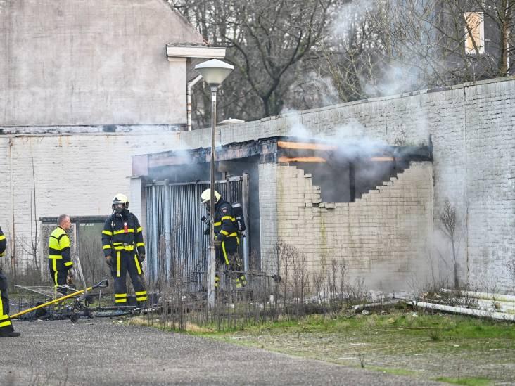 Berging naast winkelcentrum De Lunet vliegt in brand in Breda