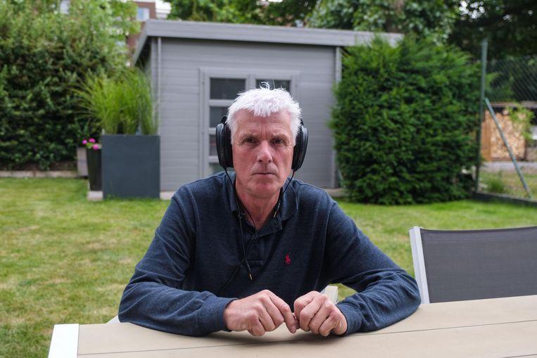 Guy Van Antwerpen zoekt heil bij koptelefoons.