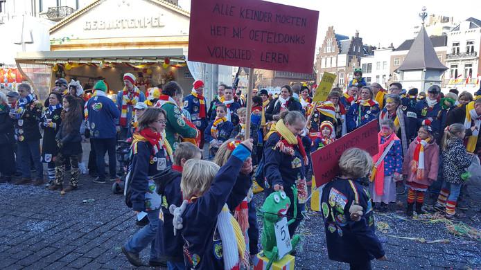 Deelmemers aan Kinderoptocht pleiten voor het verplicht zingen van het Oeteldonkse Volkslied op Bossche scholen.