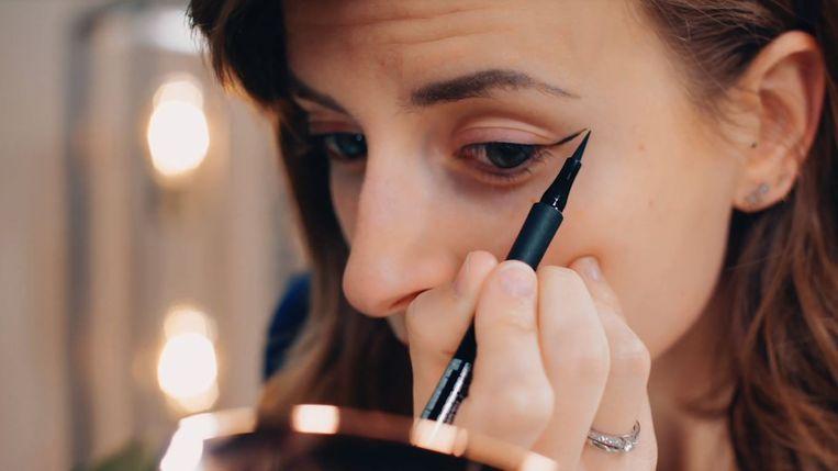 1 minuut beautytip: een simpele smokey eye aanbrengen