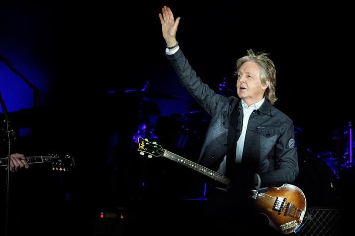 LOS ANGELES - Paul McCartney kreeg zaterdagavond in Los Angeles bezoek van een oude bekende: niemand minder dan zijn voormalige Beatles-collega Ringo Starr drumde twee nummers mee. McCartney was net begonnen met het lied Birthday, toen hij stopte om zijn gast aan te kondigen. Toeval of niet: Ringo Starr was 7 juli jarig.