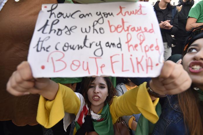De nombreux Algériens sont descendus dans les rues d'Alger pour protester contre l'élection de leur nouveau président.