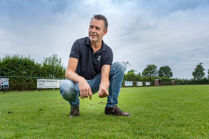 """Bart Boot op het veld van WIK'57 in Kerkwerve: ,,Iedere club zou eigenlijk een vrijwilliger op maandagochtend de speelschade op het veld moeten laten herstellen met een tweetander. Dat zou al een hoop schelen."""""""