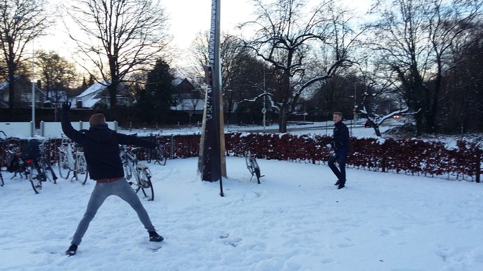 Sneeuwballen gooien op het schoolplein van middelbare school het Ulenhof in Doetinchem.