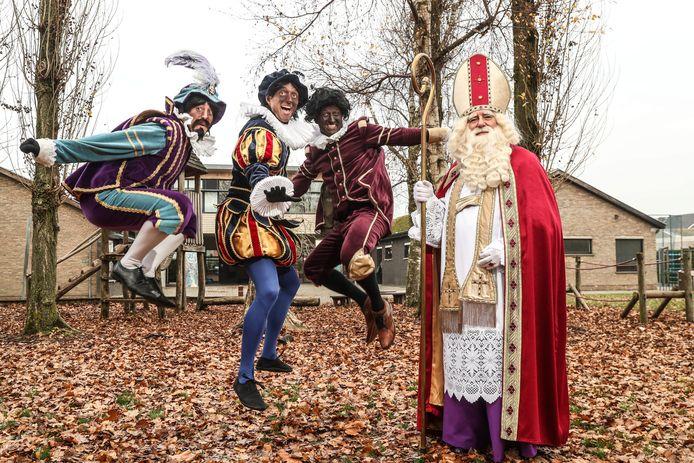 De Sint en Pieten van gezelschap 'Pietleutig'.