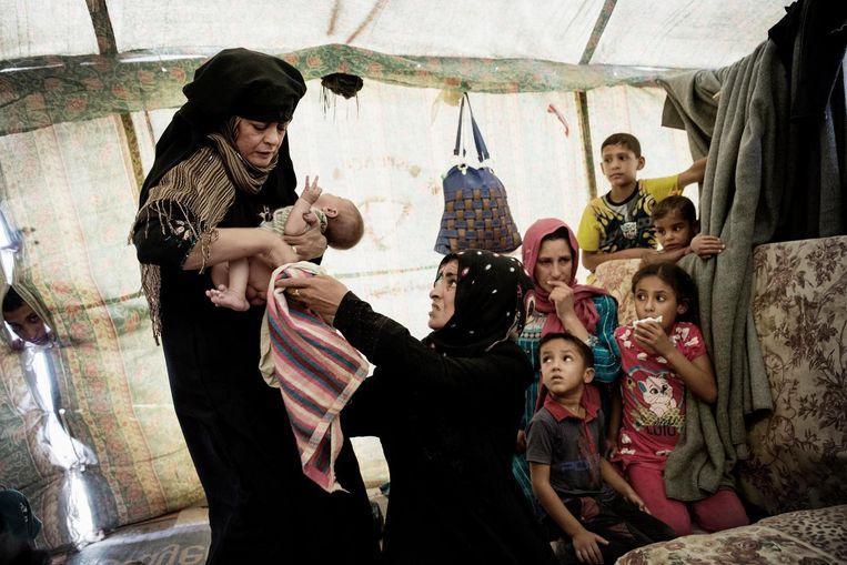 In een vluchtelingenkamp nabij Falluja. Veel van de vrouwen missen hun mannen, die zijn vastgezet omdat ze IS-strijders zouden kunnen zijn. Beeld Daniel Rosenthal / de Volkskrant