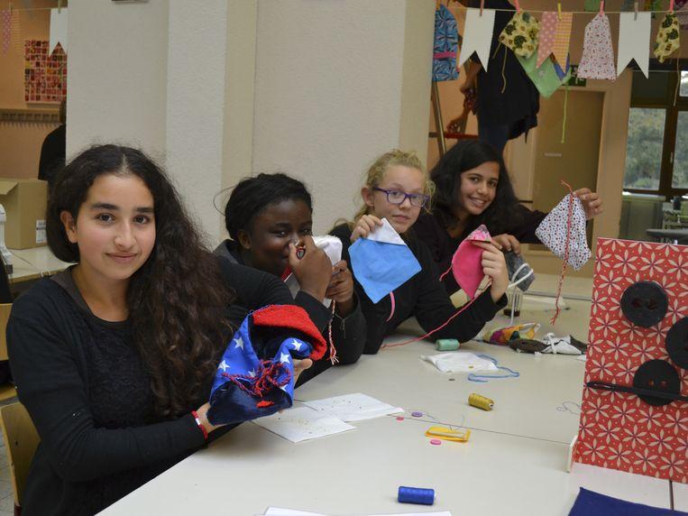 In een speciaal atelier naaiden bijna alle leerlingen van de school - ook niet-modestudenten - mee aan de wikkeltruitjes.