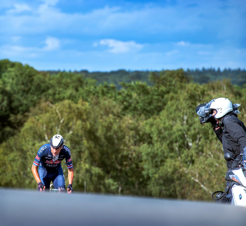 Mathieu van der Poel beklimt de VAM-berg in Drenthe op weg naar zijn nationale titel.