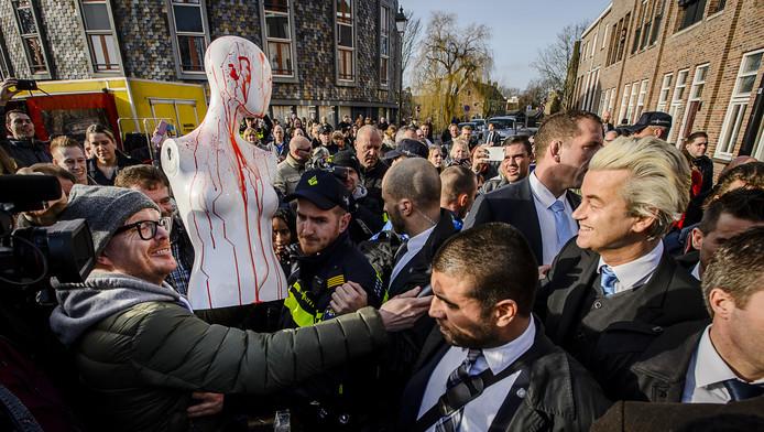 Wilders tijdens de uitdeelactie in Spijkenisse.