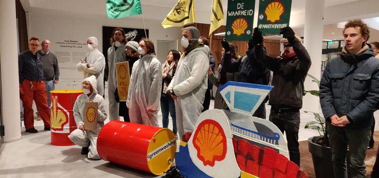 Activisten van Extinction Rebellion demonstreren in de Stopera. Beeld Muel Hekman