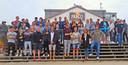 Dorian van Rijsselberghe (in het midden vooraan met de badeend van Ferry Weertman op zijn hoofd) nodigde na de Spelen van Rio zijn Nederlandse collegasporters uit voor een bezoekje aan Texel.